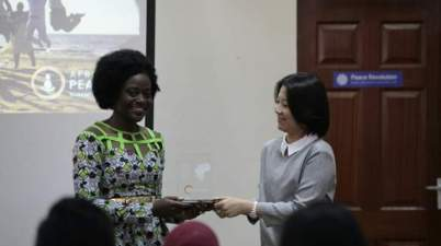 Arielle AHOUANSOU receiving the Africa Peace Builder Award 2016 from Ms Worakate of World Peace Initiative